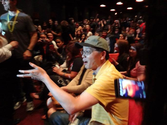 Swarmed around KevJumba's dad when he went to sit in his seat before the show (⌒_⌒;)
